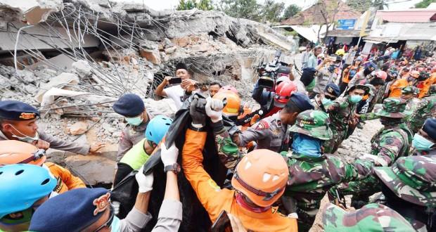 Le séisme a fait 131 morts, les recherches continuent