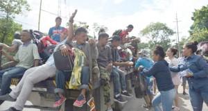 Guatémaltèques ravitaillent des migrants honduriens en route vers les Etats-Unis