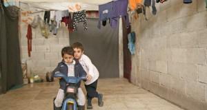 Des déplacés dénués de tout vivent entassés sous-terre