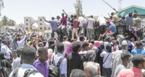 Les manifestants rassemblés pour le 4e jour devant le QG de l'armée