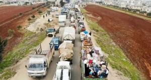 Des Syriens disent adieu à leur ville Saraqeb