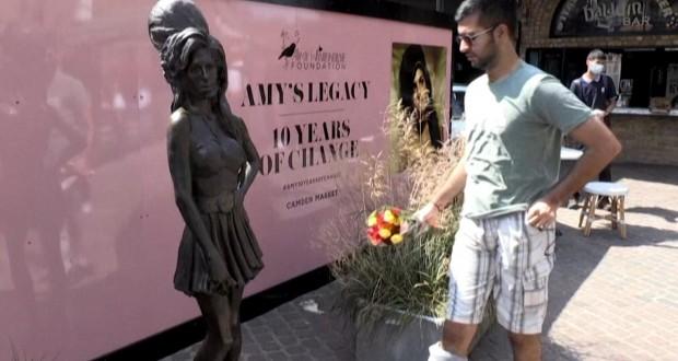 À Londres les fans d'Amy Winehouse lui rendent hommage
